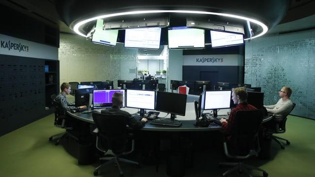 Kaspersky-Mitarbeiter vor Bildschirmen