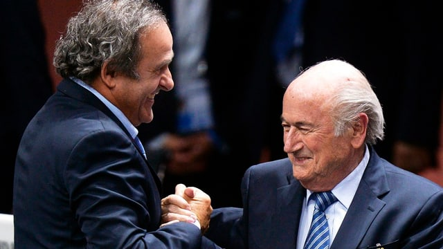Michel Platini (links) und Sepp Blatter (rechts) beim Händeschütteln.