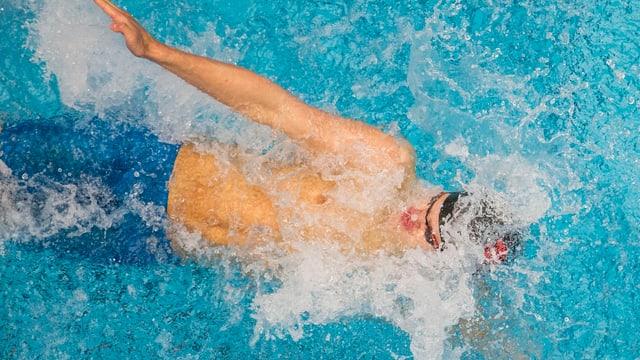 Thierry Bollin beim Rückenschwimmen in Aktion.