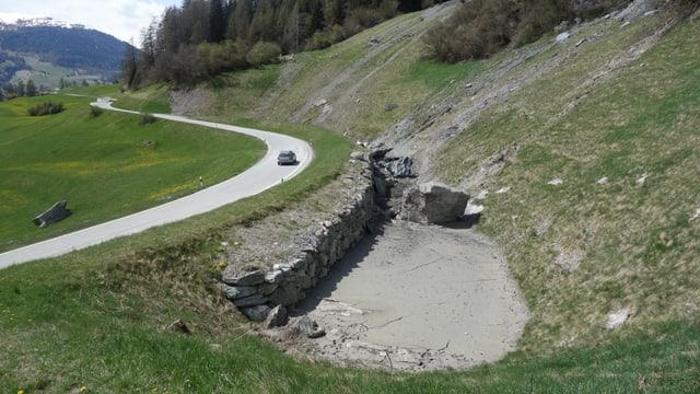 In auto che cursescha da Lantsch a Brinzauls, da maun dretg è da vesair in rempar cun crappa.