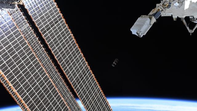 Nanosatellit im All mit SIcht auf Erde