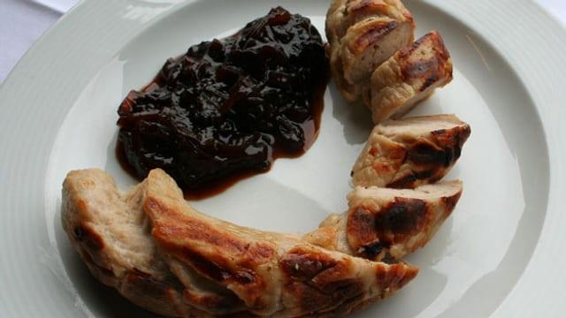 Glarner Kalberwurst mit Zwiebel-Zwetschgenchutney