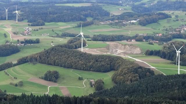 Die Landschaft von Triengen von oben mit Windrädern.