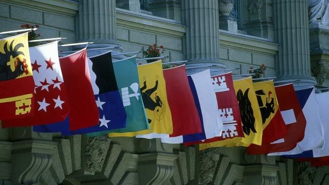Kantonsfahnen vor dem Bundeshaus