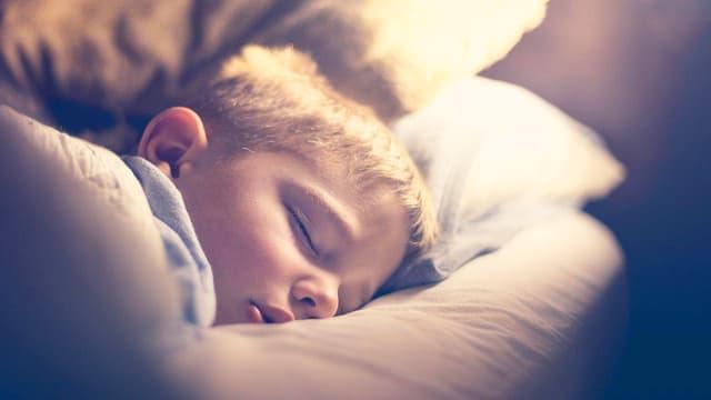 Ein Junge schläft.