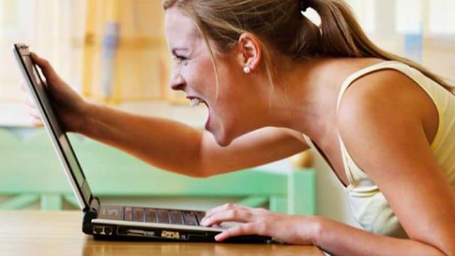 Frau ärgert sich am Computer