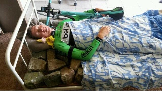 Sep Vanmarck schläft in einem Bett voller Pflastersteine
