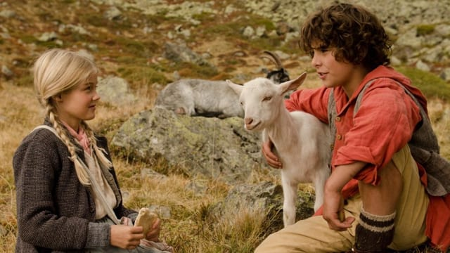Filmstill: Zwei Kinder mit einer Ziege