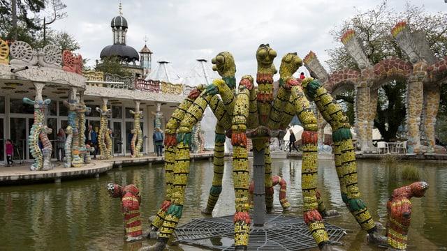 Skulptur in einem Teich des Parks.