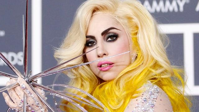 Lady Gaga mit blonder Perücke.
