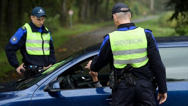 Grenzwächter kontrollieren Auto