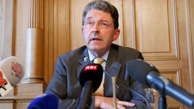 Heinz Brand an einer Pressekonferenz.