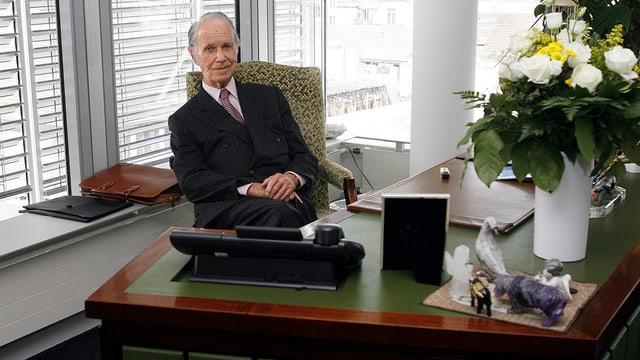 Hans Vontobel sitzt am Schreibtisch seines Büros in Zürich (Aufnahme von 2008).
