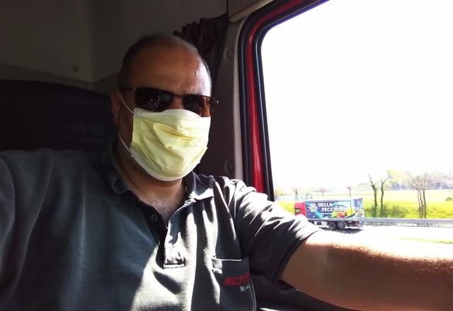 LKW-Fahrer mit Schutzmaske
