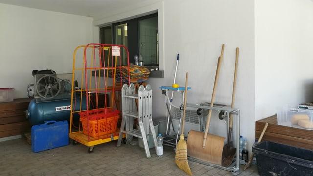 Verschiedene Gegenstände an Gebäudemauer.