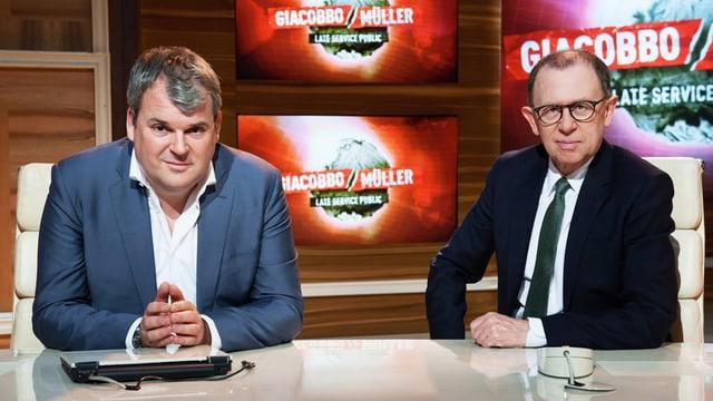Mike Müller & Viktor Giacobbo in ihrem TV-Studio.