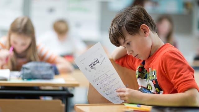 In scolar studegia in fegl d'instrucziun inglais.