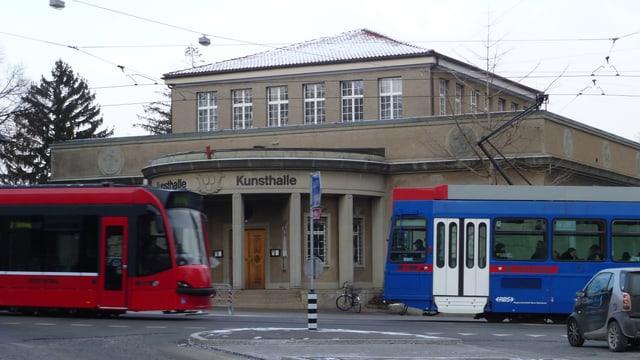 Rotes Tram und Blaues Bähnli kreuzen sich vor der Kunsthalle Bern.