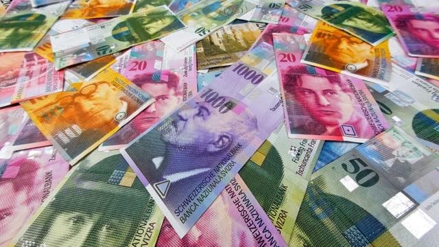 Viele Franken-Noten liegen übereinander.