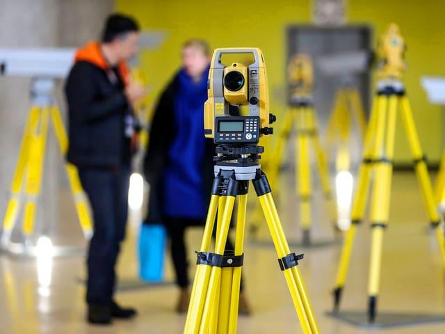 Gelbe Kameras auf gelben Stativen.