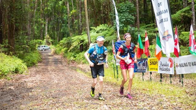Der Läufer und eine Läuferin während des Rennens.