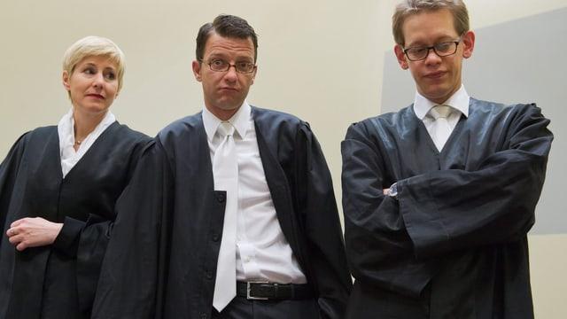 Verteidiger Strum, Heer und Stahl im Gerichtssaal.