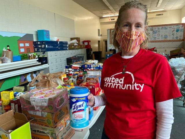 Frau mit Maske, viele Lebensmittel.