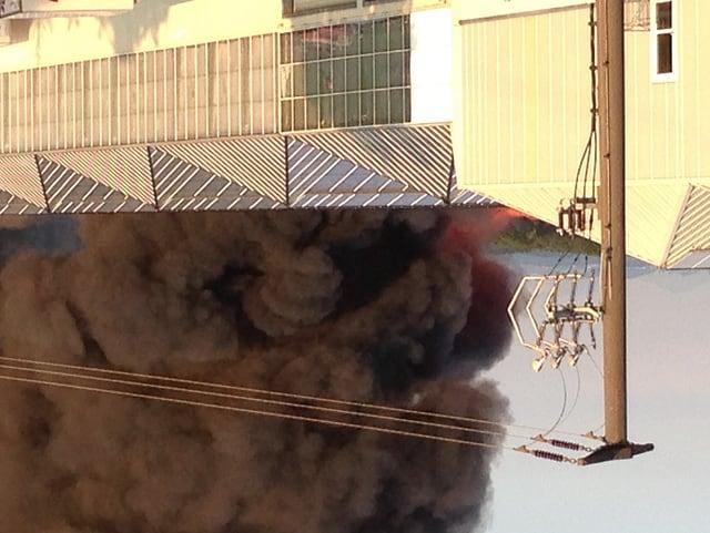 Vor allem Plastikteile stehen in Flammen. Dies verursachte viel Rauch.