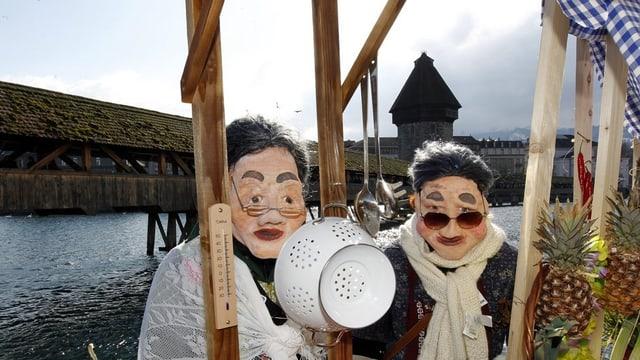 Zwei Fasnächtler an der Reuss in Luzern.