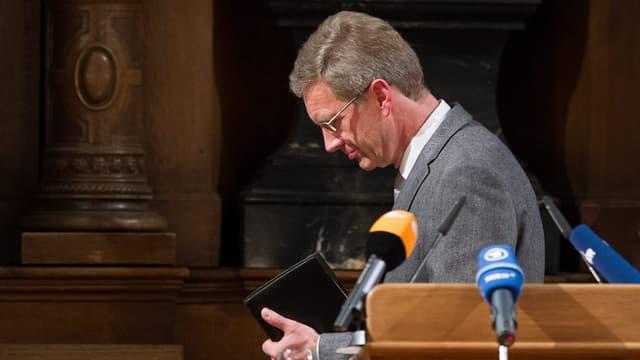 Christian Wulff an einer Medienkonferenz beim Verlassen des Rednerpultes.
