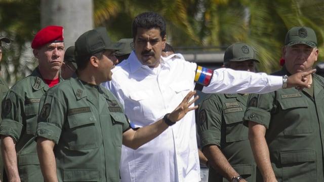 Venezuelas Präsident Maduro gibt Soldaten auf der Strasse Anweisungen.