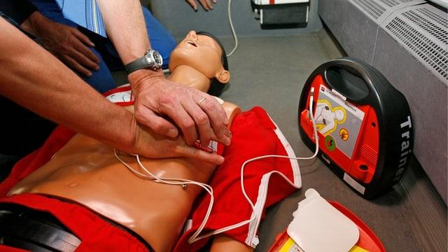 Herzmassage an Puppe.