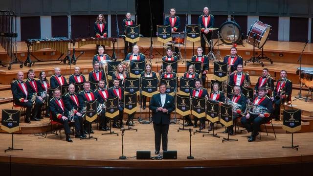 Ein Blasorchester auf einer Bühne.
