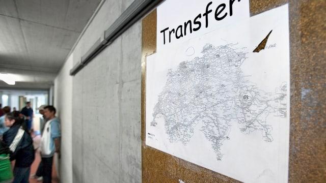 "In center da retschaviment cun ina carta da la Svizra e sura scrit ""Transfer""."