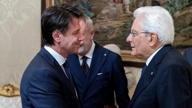 Händedruck zwischen Sergio Mattarella und Giuseppe Conte.