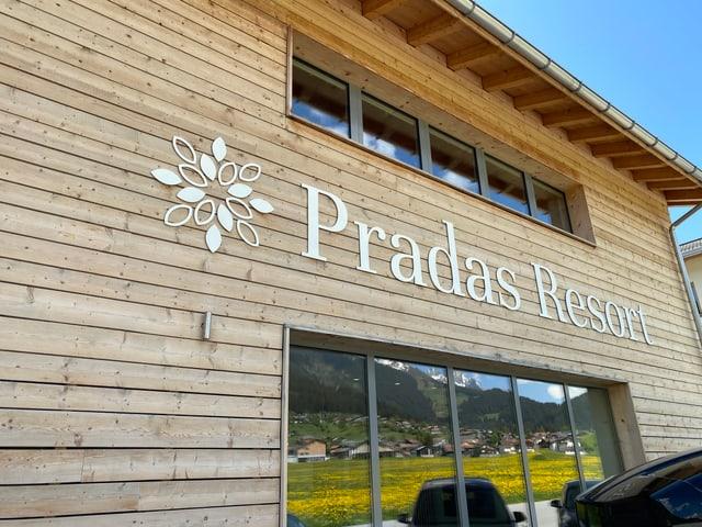 Il ressort Pradas ha 434 letgs e 83 abitaziuns.