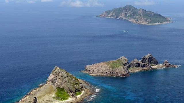Drei Inseln im Meer.