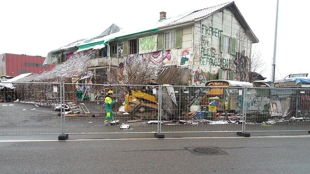 Die Villa Rosenau während des Abrisses, das Haus steht noch, erste Bagger fahren auf.