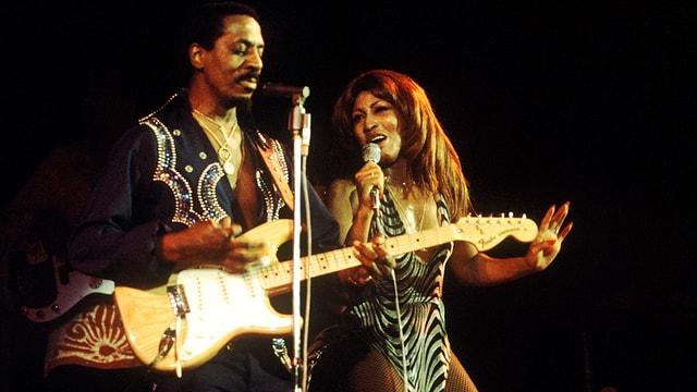 Tina Turner auf der Bühne an der Seite von Ike Turner.