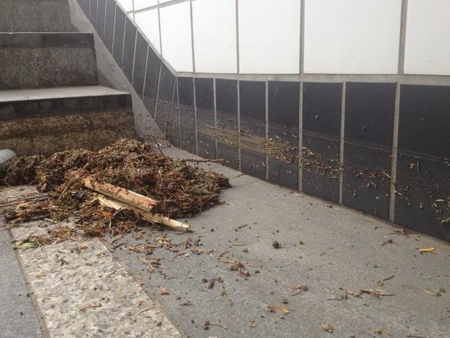 Schlamm im Bahnhof Aarau nach Überschwemmung