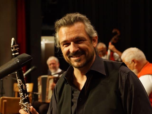 Ein Klarinettist vor dem Mikrofon.