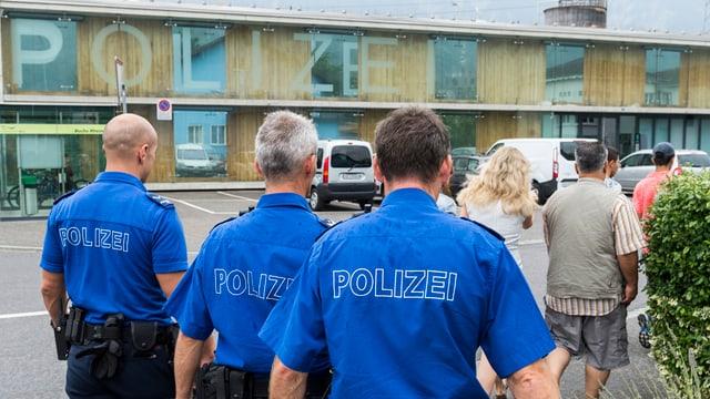 In um pli passà e dus giuvens vegnan accumpagnads da la staziun da Buchs al post da polizia.