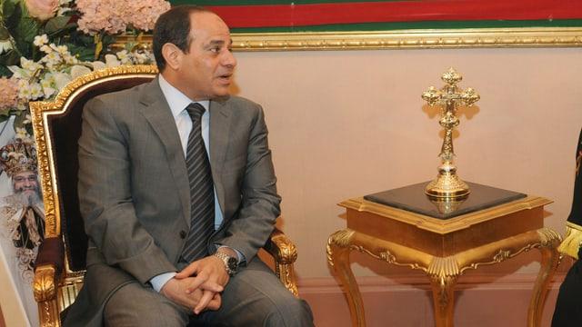 Abdel Fattah al-Sisi sitzend.