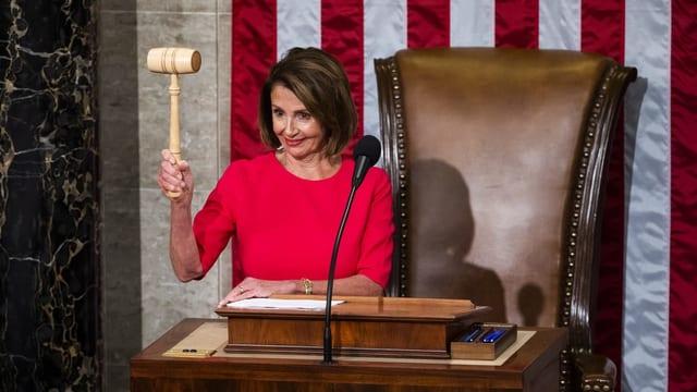 Purtret da Pelosi che tegna enta maun in martè.