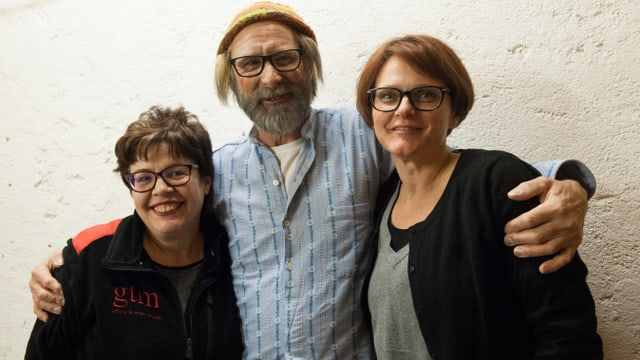 Las duas artistas da make-up Antonella Wenzin (sanester) e Prisca Soler (dretg) cun l'actur Corsin Maissen.