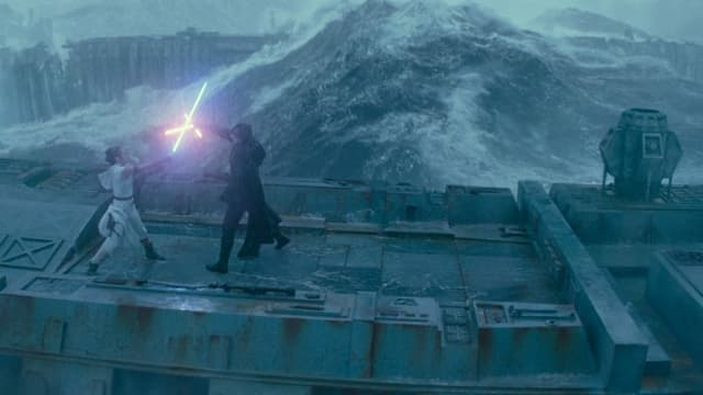 Rey und Kylo Ren duellieren sich im Sturm.