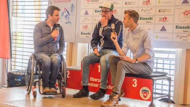 Christoph Kunz (sutga da rodas), Thomas Pfyl ed il moderatur Livio Chistell.