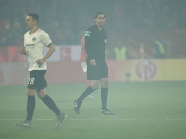 Schiedsrichter Manuel Gräfe schickte die beiden Teams vor Anpfiff noch einmal in die Kabine.