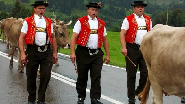 Appenzeller Bauern beim Alpabzug.