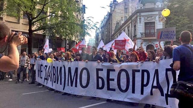 Menschen demonstrieren.